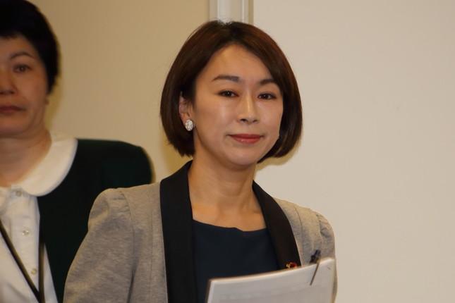 立憲民進党に入党した山尾志桜里衆院議員。不倫騒動は「ダイナマイト」のように爆発するか(2016年4月撮影)