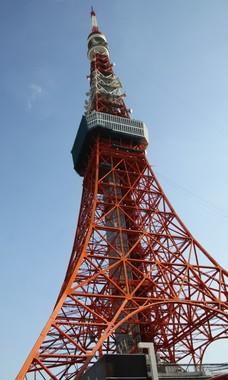 青空に東京タワーの「インターナショナルオレンジ」の色が映える(J-CASTニュース撮影)
