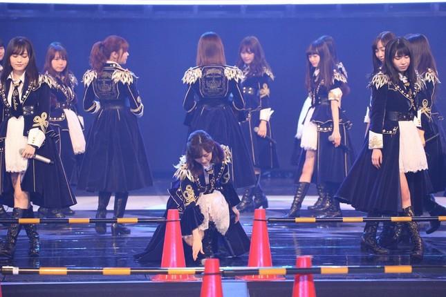 リハーサルでマイクを置く渡辺麻友さん。転落防止のためにステージには仕切りが置いてある