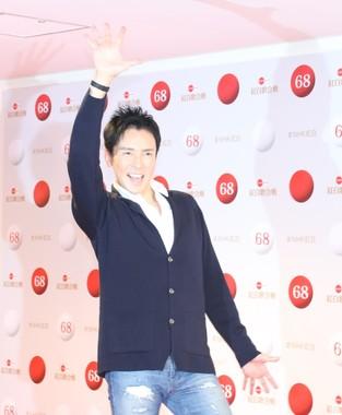 報道陣にポーズを決める郷ひろみさん(2017年12月29日撮影)