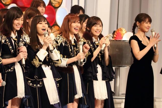 左から松井珠理奈さん、山本彩さん、指原莉乃さん、渡辺麻友さん、紅組司会の有村架純さん。リハーサルで熱心に画面を見入っていた
