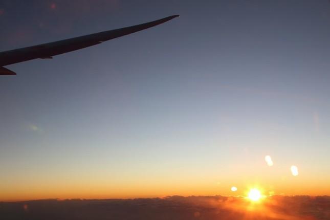 東の空が明るくなると乗客から歓声があがった