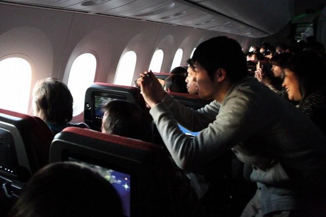 乗客は立ち上がって初日の出の写真を撮っていた