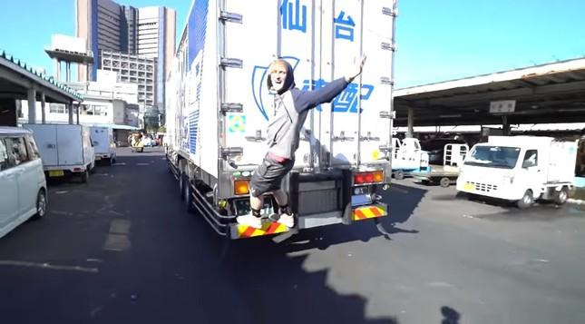 築地ではトラックの後ろに飛び乗った(ポール氏の動画から)