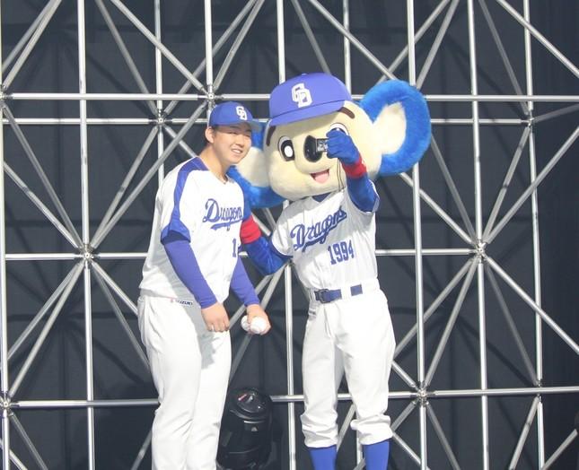 球団マスコット・ドアラとともに登場した小笠原慎之介投手