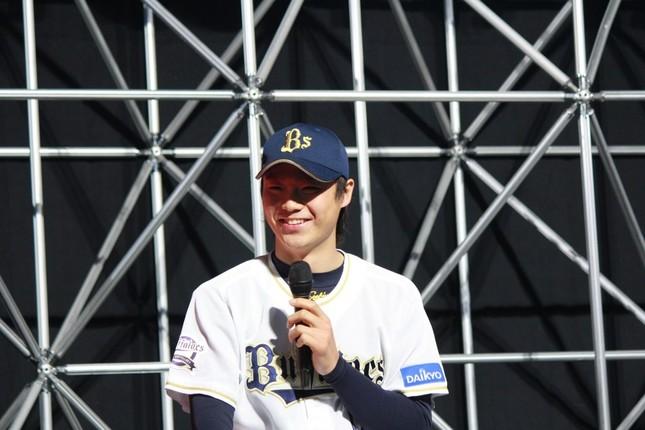 イベントのトークショウに参加した山崎福也投手