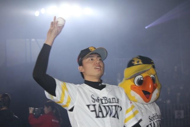 ファンにボールを投げ込む田中正義投手