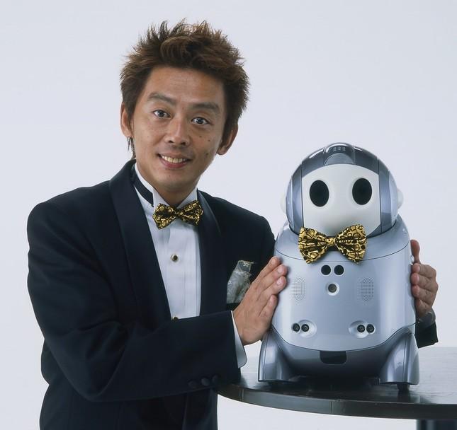海外でロボットとの漫才を披露した
