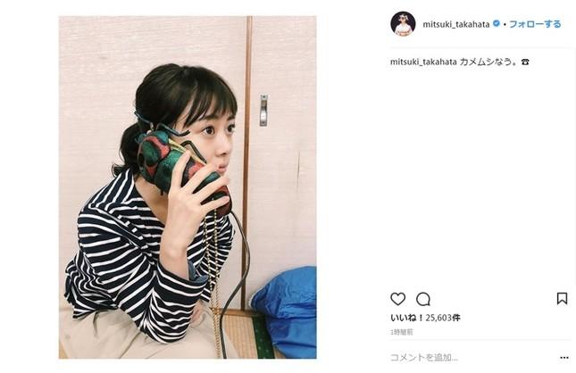 カメムシの形をしたiPhoneケースを手に持つ高畑充希さん(画像は高畑充希さんのインスタグラムより)