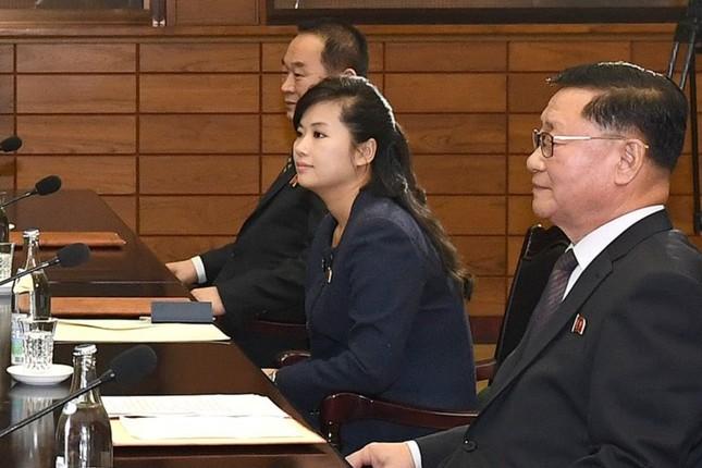 国民的人気歌手として注目された玄松月(ヒョン・ソンウォル)氏(写真中央)が実務者協議に臨んだ(写真は韓国統一省のSNSから)