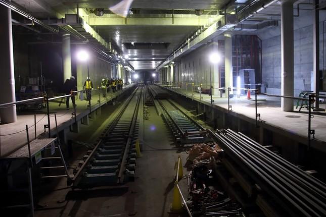 建設中の羽沢横浜国大駅。線路も敷かれていない部分があり、壁や床はコンクリートがむき出しだ