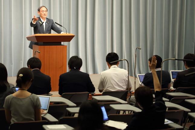 官房長官会見で挙手する東京新聞社会部の望月衣塑子(いそこ)記者(写真右、2017年6月撮影)