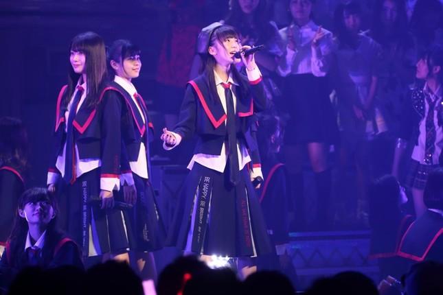 NGT48の「世界はどこまで青空なのか?」が1位に入った。センターポジションは荻野由佳さん