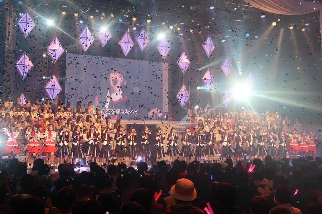 「世界はどこまで青空なのか?」を披露するNGT48