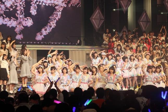 「47の素敵な街へ」を披露するAKB48のチーム8