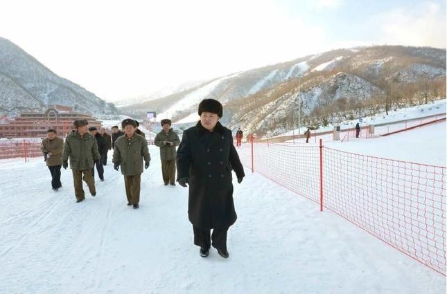 完成した馬息嶺スキー場を視察する金正恩委員長(写真は労働新聞から)。北朝鮮側は完成前から五輪会場としての活用を呼びかけていた