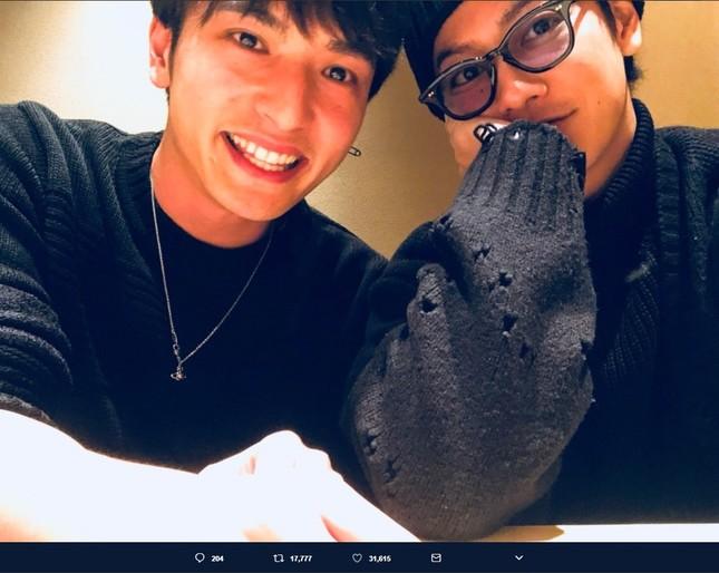 10年ぶりに再会した佐藤健さん(右)と中村優一さん(左)(画像は中村優一さんのツイッターより)