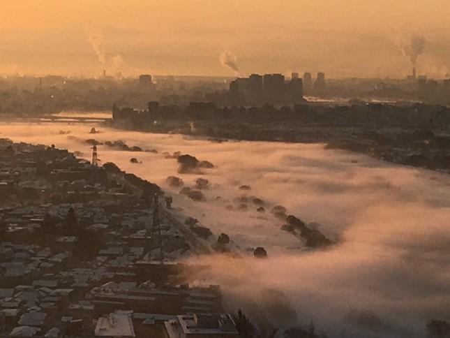 多摩川にかかった濃霧(写真は、大石佳能子@kanochiさん提供)
