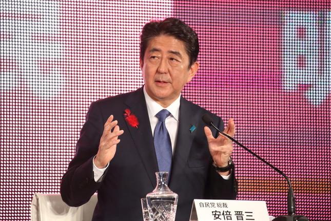 平昌五輪の開会式出席の意向を表明した安倍晋三首相(2017年10月撮影)