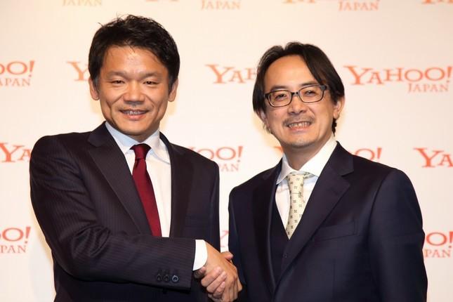 記者会見に臨んだ宮坂学社長(左)と川辺健太郎副社長(右)