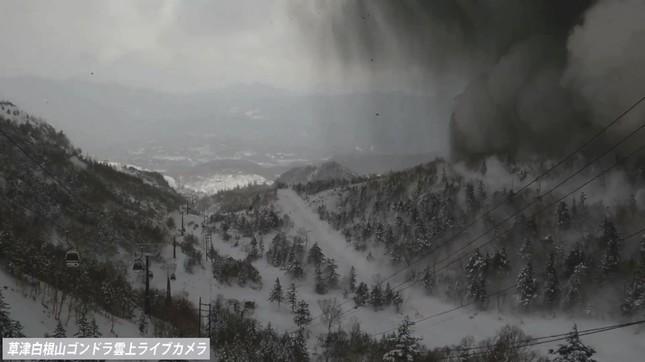 ライブカメラにおさめられた噴火の瞬間。噴石が落ちてくる様子が確認できる(草津温泉観光協会のYouTubeより)