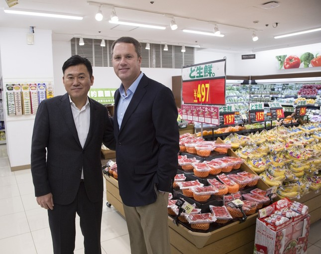 1月26日に「西友市ヶ尾店」(横浜市青葉区)を訪れた三木谷社長とマクミロンCEO(写真:楽天提供)
