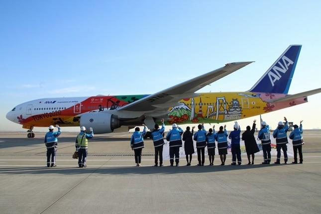 福岡空港に向けて出発する特別塗装機「HELLO 2020 JET」。日本の代表的風景と、五輪・パラリンピック各競技のシルエットをあしらった