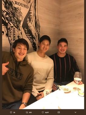 左から瀬戸大也選手、大谷翔平選手、ベイカー茉秋選手(画像はベイカー茉秋選手のツイッターより)