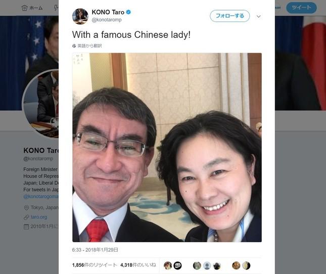 河野太郎外相が英語版のツイッターアカウントに投稿した写真。華春瑩副報道局長が珍しく笑顔を見せている