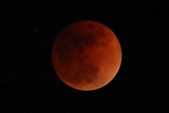 皆既月食は「赤銅(しゃくどう)色」に輝いた(2018年1月31日22時30分撮影)。東京・六本木ヒルズ森タワーの屋上展望台「スカイデッキ」では多くの人が天体ショーを楽しんだ