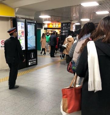 JR西九条駅構内の吉野家でも大行列。写真はりょこ(@ryk97)さん提供