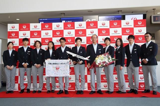 平昌五輪に向けて出発した日本選手団。中央が斎藤泰雄団長、その左が主将の小平奈緒選手、右が高木美帆選手