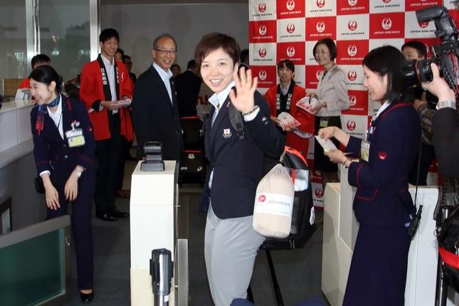 搭乗前に報道陣に手を振る主将の小平奈緒選手