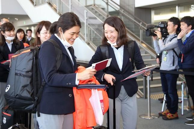 日本代表選手は次々にチャーター機に乗り込んだ