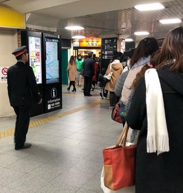 JR西九条駅(大阪市)の吉野家でも大行列。駅員が行列の整理にあたっていたという。写真はりょこ(@ryk97)さん提供