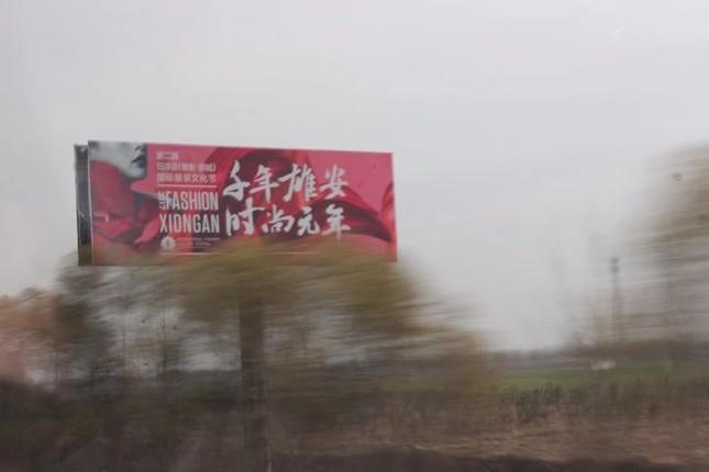 中国では高速道路の両側に「千年雄安」の看板が数多く設置されている