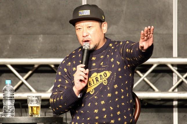 ケンドーコバヤシさん。ビール片手に次々に下ネタを披露した