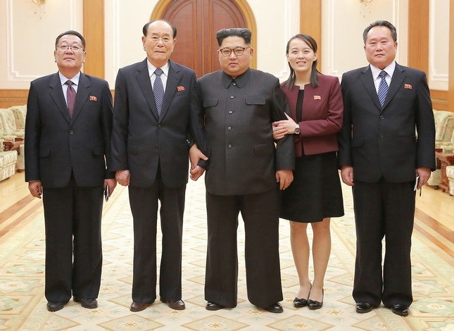北朝鮮に戻った高官級代表団が訪韓の様子を報告した。金与正(ヨジョン)氏(右から2番目)が正恩氏(中央)と腕を組んでいる(写真は労働新聞から)