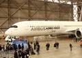 777後継「エアバスA350-1000」初飛来 JAL社長は「ノートラブル」に期待