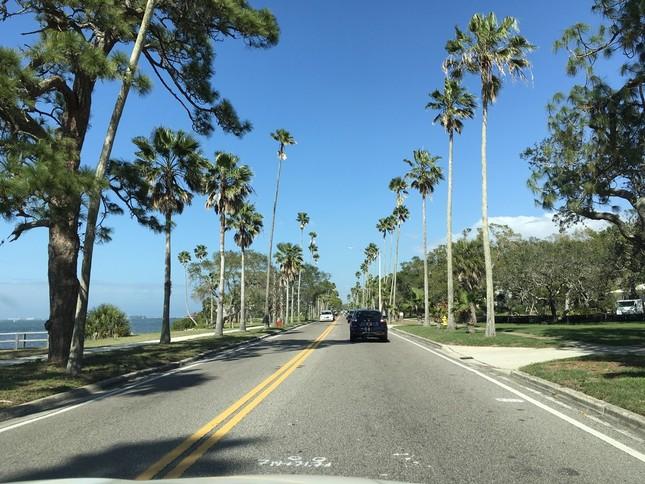 フロリダの タンパ空港からメキシコ湾岸沿いの町に向かう道。銃乱射事件のあった高校は内陸にある