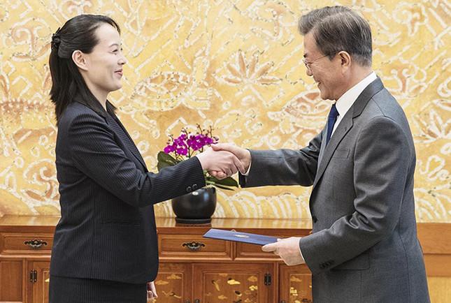 金与正(ヨジョン)氏(写真左)が第2子を妊娠しているとの見方が浮上している。文在寅(ムン・ジェイン)大統領(右)との会談では腹部がふっくらしているとの指摘も出ていた。(写真は韓国大統領府(青瓦台)ウェブサイトから)