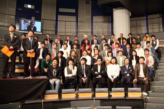 記者会見では芸人らが秋元康氏のVTRを見守った