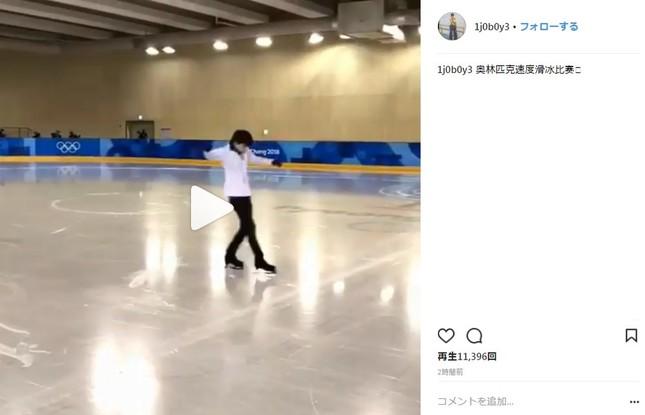 金博洋が2月22日にインスタグラムに投稿した動画のワンカット。羽生がショートトラックのゴールの瞬間に右足を出している