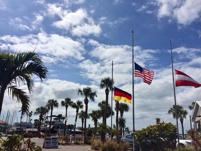 フロリダ州のダニーデン市で掲げられた銃乱射事件の犠牲者に弔意を表す半旗。星条旗以外はレストランの経営者たちの出身国の国旗