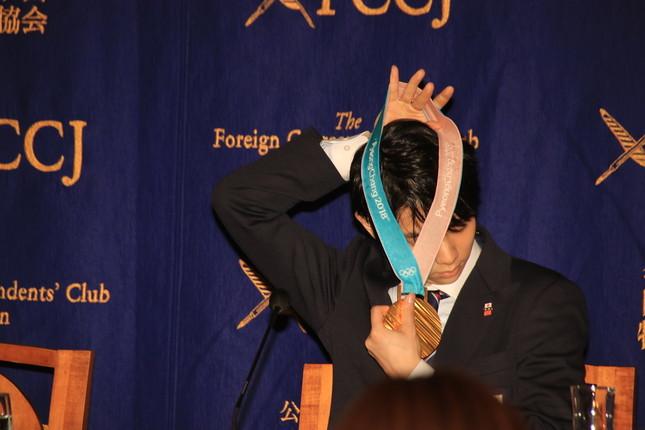 金メダルを外す羽生選手