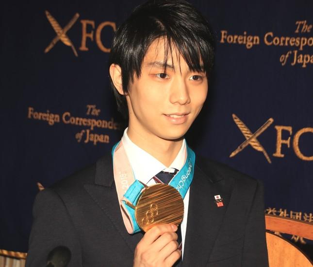 平昌五輪で獲得した金メダルを手に会見に臨んだ羽生結弦選手