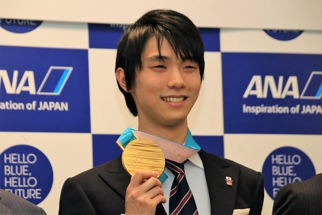 ANA本社で行われた報告会で金メダルを片手に笑みを浮かべる羽生結弦選手
