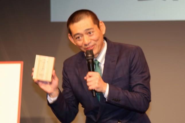 辛子明太子を手に映画をアピールする博多華丸さん