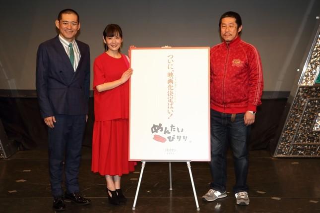 映画「劇場版『めんたいぴりり』」は2019年1月に全国の映画館で公開される。左から博多華丸さん、富田靖子さん、江口カンさん