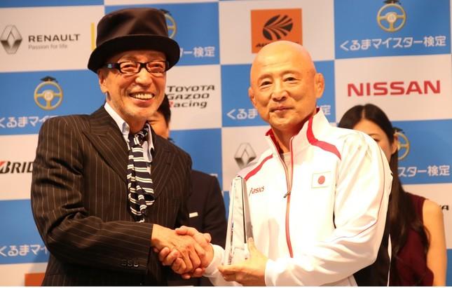 イベントで同席し、握手をするテリー伊藤さんと栄和人監督(2016年9月撮影)